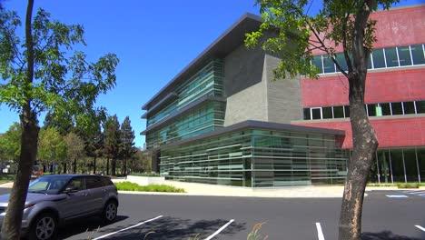 Plano-De-Establecimiento-Del-Exterior-De-Un-Edificio-De-Oficinas-Moderno-Genérico-7