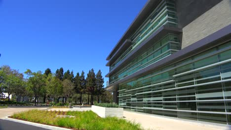 Establecimiento-De-Una-Toma-Panorámica-Del-Exterior-De-Un-Edificio-De-Oficinas-Moderno-Genérico