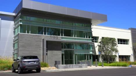 Establecimiento-De-Una-Toma-Panorámica-Del-Exterior-De-Un-Edificio-De-Oficinas-Moderno-Genérico-1