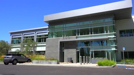 Establecimiento-De-Una-Toma-Panorámica-Del-Exterior-De-Un-Edificio-De-Oficinas-Moderno-Genérico-2