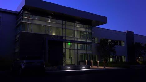 Toma-De-Establecimiento-Del-Exterior-De-Un-Edificio-De-Oficinas-Moderno-Genérico-En-La-Noche
