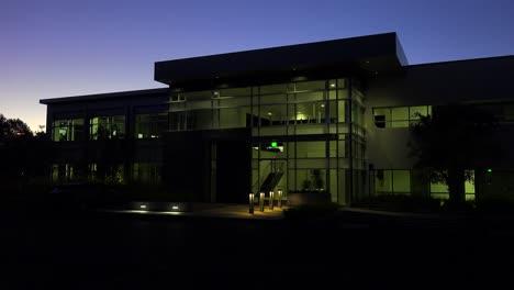 Toma-De-Establecimiento-Del-Exterior-De-Un-Edificio-De-Oficinas-Moderno-Genérico-En-La-Noche-4