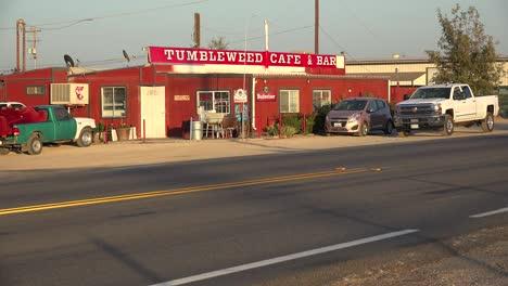 El-Bar-Y-Café-De-La-Parada-De-Camiones-Del-Café-Tumbleweed-Solitario-A-Lo-Largo-De-Una-Carretera-Remota-Del-Desierto-1