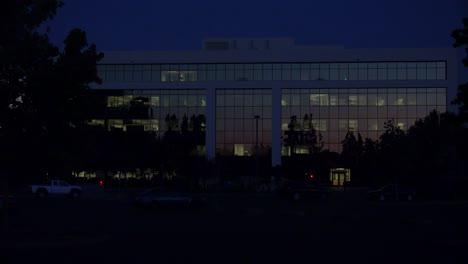 Toma-De-Establecimiento-Del-Exterior-De-Un-Edificio-De-Oficinas-Moderno-Genérico-En-La-Noche-6