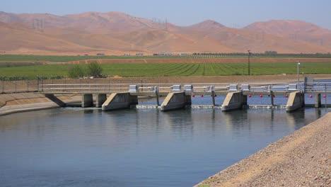 El-Acueducto-De-California-Lleva-Agua-Al-Sur-De-California-Afectado-Por-La-Sequía-1