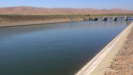 The-California-aqueduct-brings-water-to-drought-stricken-Southern-California-2