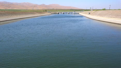 The-California-aqueduct-brings-water-to-drought-stricken-Southern-California-3