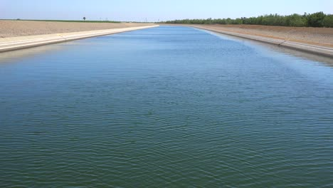 The-California-aqueduct-brings-water-to-drought-stricken-Southern-California-4