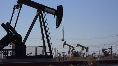 Weitschuss-Von-Vielen-Ölbohrtürmen-Die-In-Einem-Ölfeld-Pumpen