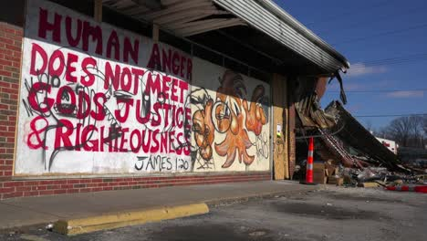 Graffiti-Decora-Negocios-Abandonados-Y-Destruidos-Por-Los-Disturbios-En-Ferguson-Missouri