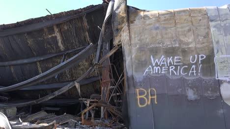 Los-Mensajes-De-Graffiti-Dejados-En-Los-Escombros-Quemados-De-Ferguson-Missouri-Instan-A-Estados-Unidos-A-Despertar