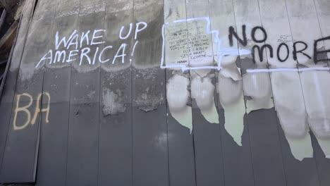 Mensajes-De-Graffiti-Dejados-En-Los-Escombros-Quemados-De-Ferguson-Missouri-Instan-A-Estados-Unidos-A-Despertar-1