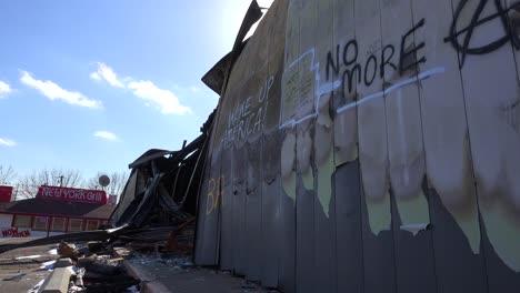Mensajes-De-Graffiti-Dejados-En-Los-Escombros-Quemados-De-Ferguson-Missouri-Instan-A-Estados-Unidos-A-Despertar-2