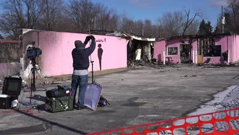 Equipos-De-Filmación-Y-Medios-De-Comunicación-Representan-Los-Escombros-Y-Los-Edificios-Incendiados-Tras-Los-Disturbios-En-Ferguson-Missouri
