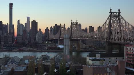 Schöne-Aufnahme-Der-Skyline-Von-Manhattan-New-York-Mit-Queensboro-Bridge-Und-Queens-Foregroun-In-Der-Abenddämmerung