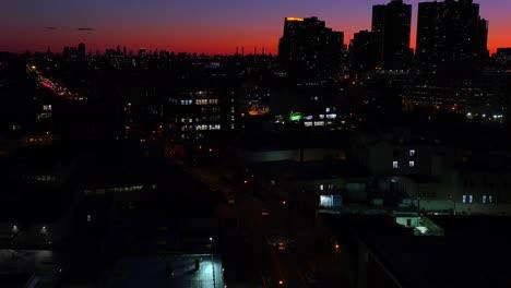Una-Vista-De-Gran-Angular-Sobre-La-Ciudad-De-Nueva-York-Queens-Al-Atardecer