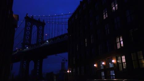 Una-Bonita-Vista-De-Una-Calle-De-Brooklyn-Nueva-York-Con-El-Fondo-Del-Puente-Y-Apartamentos-En-Primer-Plano-2
