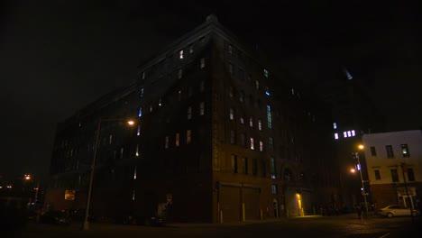 Weitschuss-Eines-Apartmentkomplexes-In-New-York-Oder-Brooklyn-In-Einem-Speicherviertel-Bei-Nacht