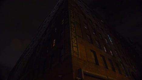 Weitwinkelaufnahme-Eines-Apartmentkomplexes-In-New-York-Oder-Brooklyn-In-Einem-Lagerviertel-Bei-Nacht