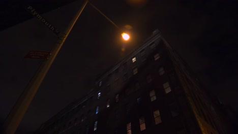 Weitwinkelaufnahme-Eines-Apartmentkomplexes-In-New-York-Oder-Brooklyn-In-Einem-Lagerviertel-In-Der-Nacht-1