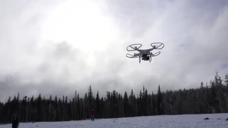 Un-Hombre-Vuela-Un-Quadcopter-Drone-Comercial-En-Un-Día-Nevado
