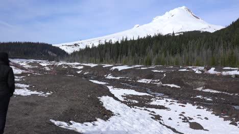 Un-Río-Fluye-Con-El-Pico-Nevado-De-Mt-Hood-En-La-Distancia