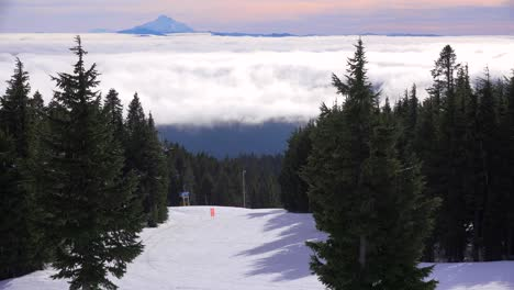 Los-Esquiadores-Disfrutan-De-Las-Pendientes-De-Mt-Hood-Oregon-Con-Mt-Jefferson-En-La-Distancia