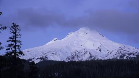 Lapso-De-Tiempo-De-Las-Nubes-Moviéndose-A-Través-De-La-Cumbre-Del-Monte-Hood-Oregon