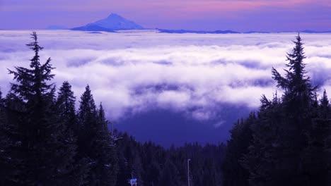 Lapso-De-Tiempo-De-Las-Nubes-Moviéndose-A-Través-Del-Rango-De-La-Cascada-De-Oregon-Con-El-Monte-Jefferson-En-La-Distancia