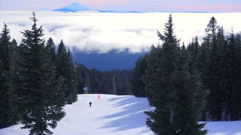 Los-Esquiadores-Disfrutan-De-Las-Pendientes-De-Mt-Hood-Oregon-Con-Mt-Jefferson-En-La-Distancia-1