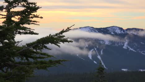 Lapso-De-Tiempo-De-Nubes-Y-Niebla-Moviéndose-A-Través-Del-Rango-De-Cascada-De-Oregon-3