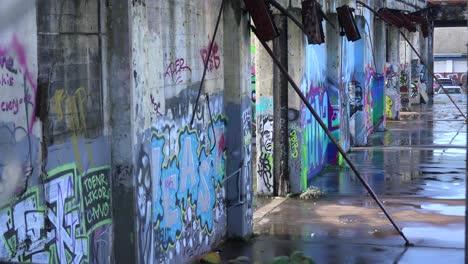 Graffiti-Urbano-Adorna-Un-Edificio-Abandonado-En-Un-área-Urbana-1