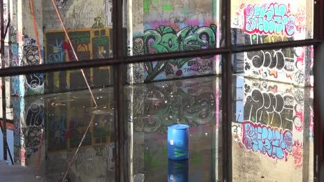 Graffiti-Urbano-Adorna-Un-Edificio-Abandonado-En-Un-área-Urbana-4