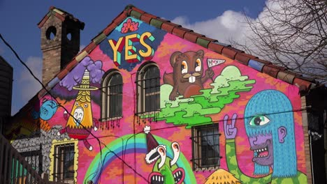 Graffiti-Urbano-Decora-Un-Edificio-Pintado-Con-Sí-En-Portland-Oregon