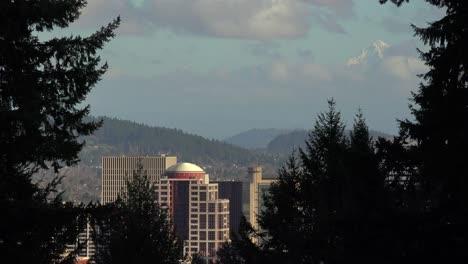 El-Horizonte-De-Portland-Oregon-Con-Snowy-Mt-Hood-En-La-Distancia