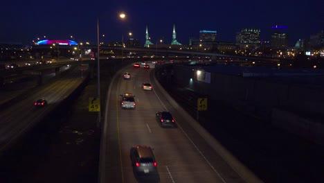Buenas-Imágenes-Del-Tráfico-De-La-Autopista-O-Autopista-Por-La-Noche-Cerca-De-Un-Intercambio-En-Portland-Oregón
