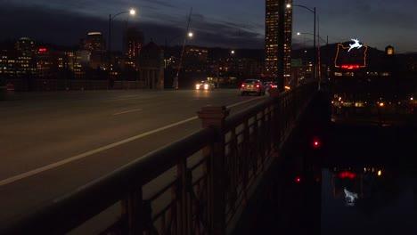 Un-Plano-Amplio-En-La-Noche-Del-Letrero-De-Neón-Que-Da-La-Bienvenida-A-Los-Visitantes-A-Portland-Oregón-