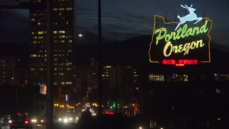A-wide-establishing-shot-at-night-of-the-neón-sign-welcoming-visitors-to-Portland-Oregon-1