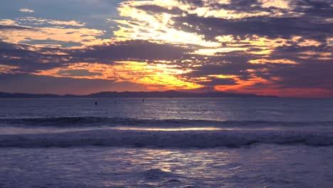 Eine-Wunderschöne-Rot-orangefarbene-Sonnenuntergangsküste-Die-Entlang-Der-Kalifornischen-Küste-Mit-Den-Kanalinseln-In-Der-Ferne-Geschossen-Wurde