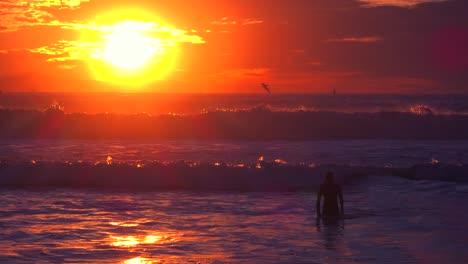 Un-Nadador-En-Las-Olas-A-Lo-Largo-De-Una-Playa-Del-Sur-De-California-Al-Atardecer