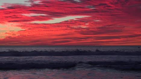 Zoom-De-Una-Atardecer-Rojo-Sangre-Revela-El-Océano-De-California