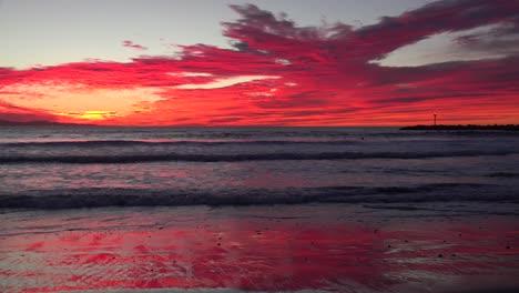 Un-Atardecer-Rojo-Sangre-Ilumina-Una-Playa-Del-Sur-De-California