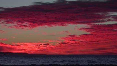 Un-Atardecer-Rojo-Sangre-Ilumina-Una-Playa-Del-Sur-De-California-1