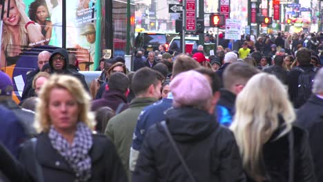 Huge-crowds-of-people-walk-on-the-streets-of-Manhattan-New-York-City-1