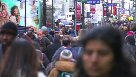 Huge-crowds-of-people-walk-on-the-streets-of-Manhattan-New-York-City-2