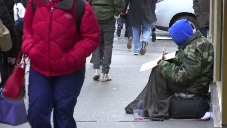 Grandes-Multitudes-De-Personas-Pasan-A-Una-Persona-Sin-Hogar-En-Las-Calles-De-Manhattan-Ciudad-De-Nueva-York-Sin-Darse-Cuenta