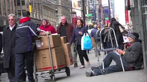 Grandes-Multitudes-De-Personas-Pasan-A-Una-Persona-Sin-Hogar-En-Las-Calles-De-Manhattan-Ciudad-De-Nueva-York-Sin-Darse-Cuenta-1