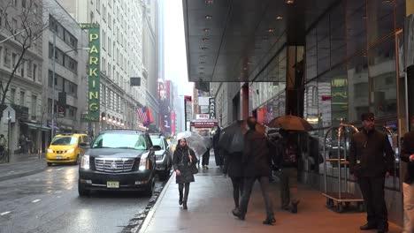 Una-Escena-Callejera-De-La-Ciudad-De-Nueva-York-Bajo-La-Lluvia