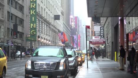 Una-Escena-Callejera-De-La-Ciudad-De-Nueva-York-Bajo-La-Lluvia-1