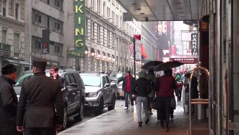 Una-Escena-Callejera-De-La-Ciudad-De-Nueva-York-Bajo-La-Lluvia-2
